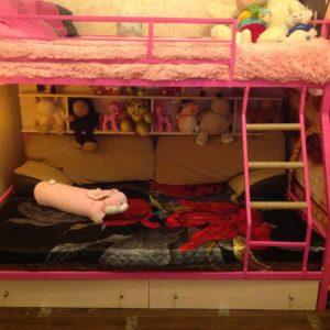 Двухъярусная кровать цвет розовая